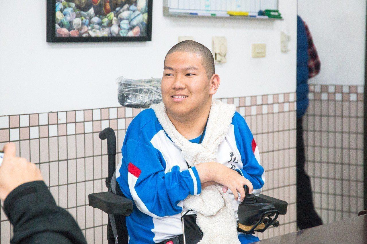 花蓮高中王宣翰從小罹患先天性軟骨發育不全症,他在今年學測考取4科55級分佳績,在...