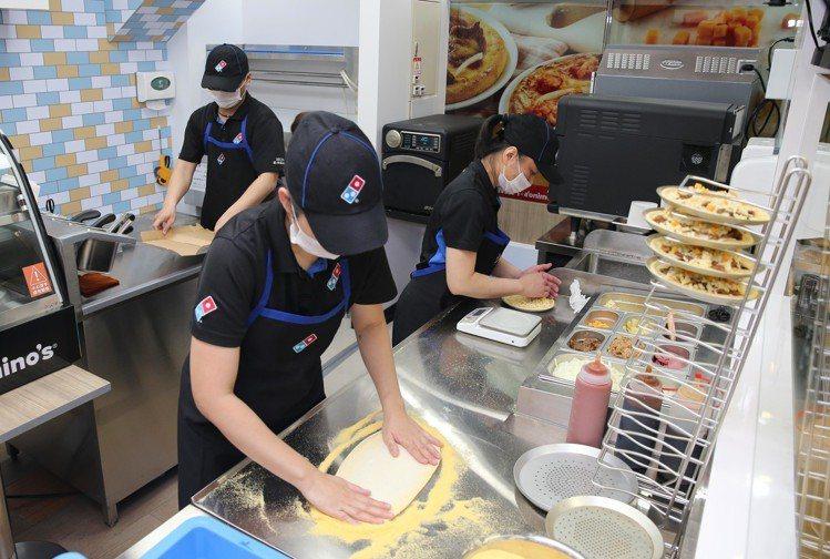 7-ELEVEN與達美樂共同打造全球最迷你的手作現烤披薩生產線,最快3分鐘就能享...