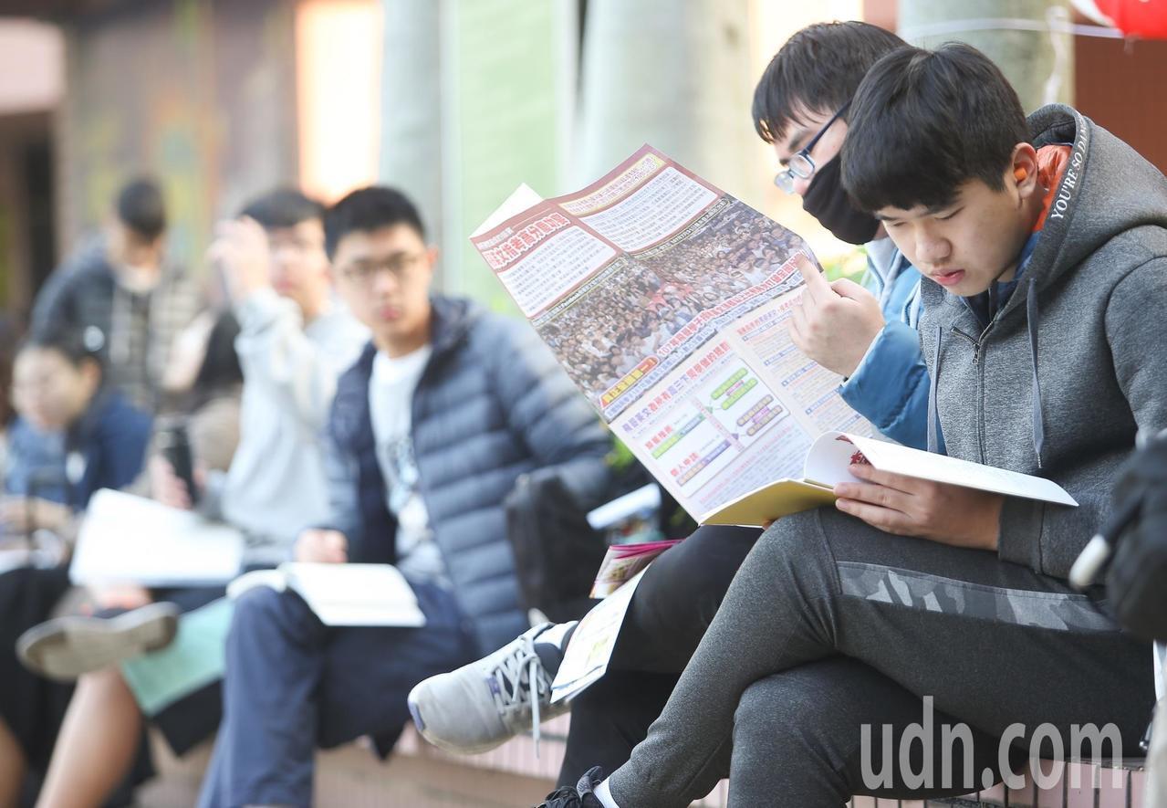 學測放榜後,接下來學生要面臨的問題就是如何選填志願。本報資料照