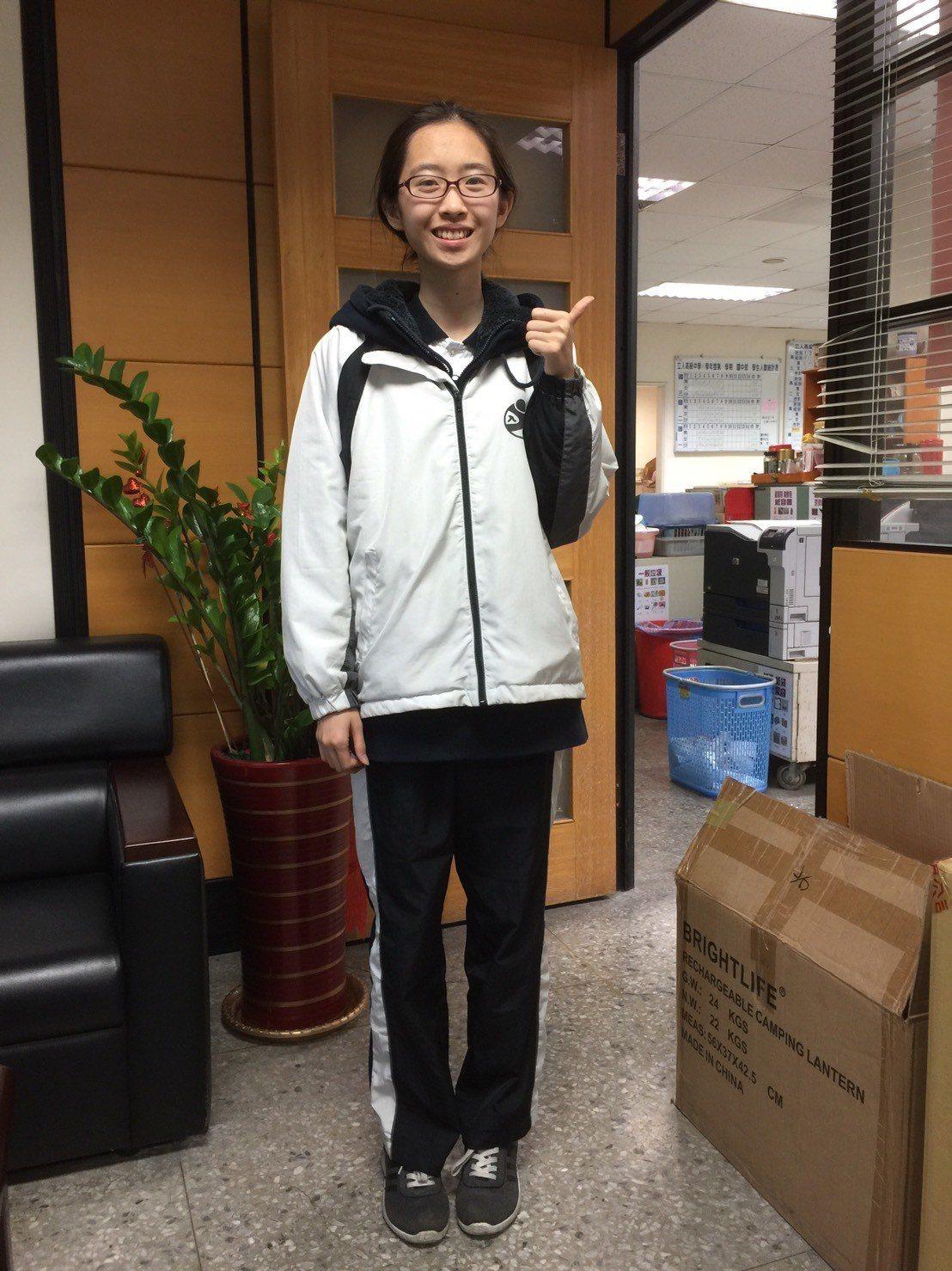 台中市立人高中學生蕭筑云學測成績5科達75級分,學校將依直升高中獎勵辦法頒發30...