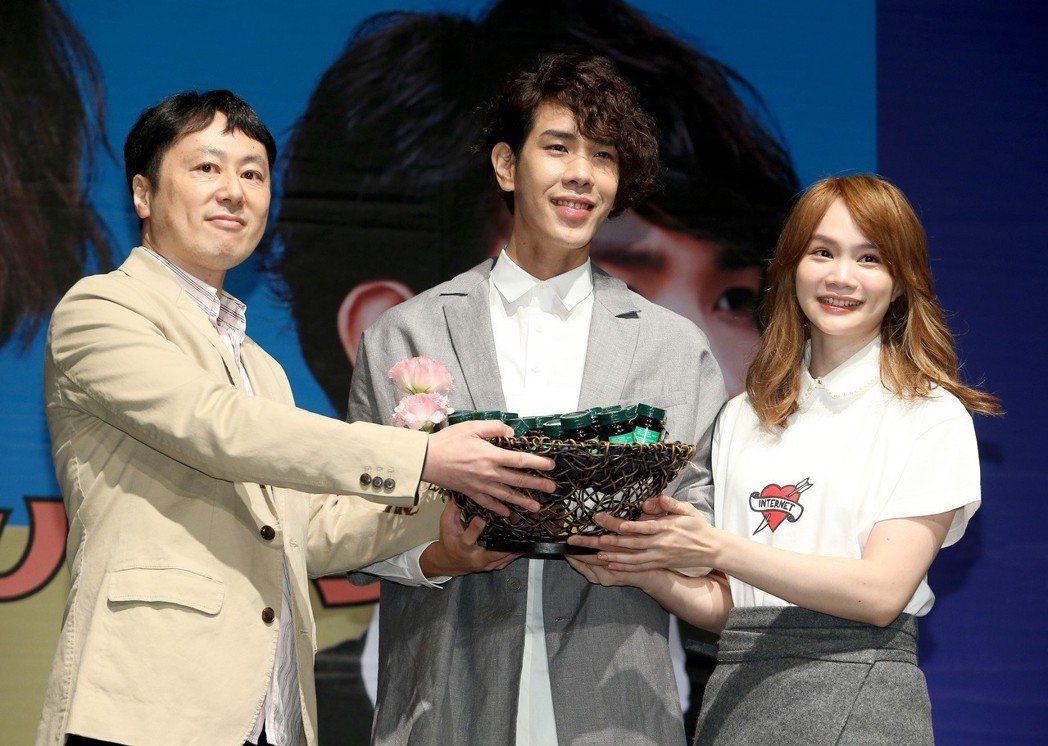 慢慢說樂團開心收下經紀公司雅慕斯娛樂台灣社長廣澤誠(左)的打氣雞精。記者余承翰/