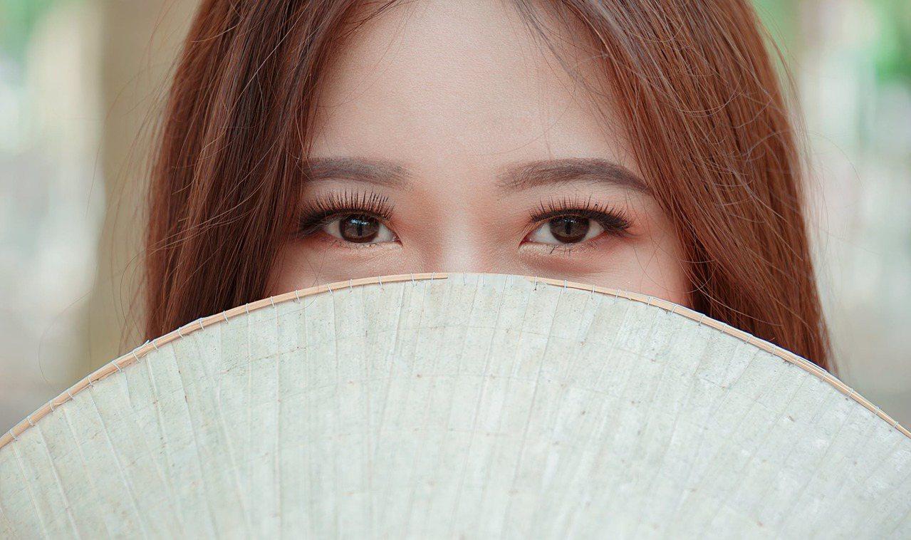 夏天的皮膚油脂分泌較多,可以在眼周附近,用面紙輕輕按壓,吸走過多的油脂。圖/摘自...