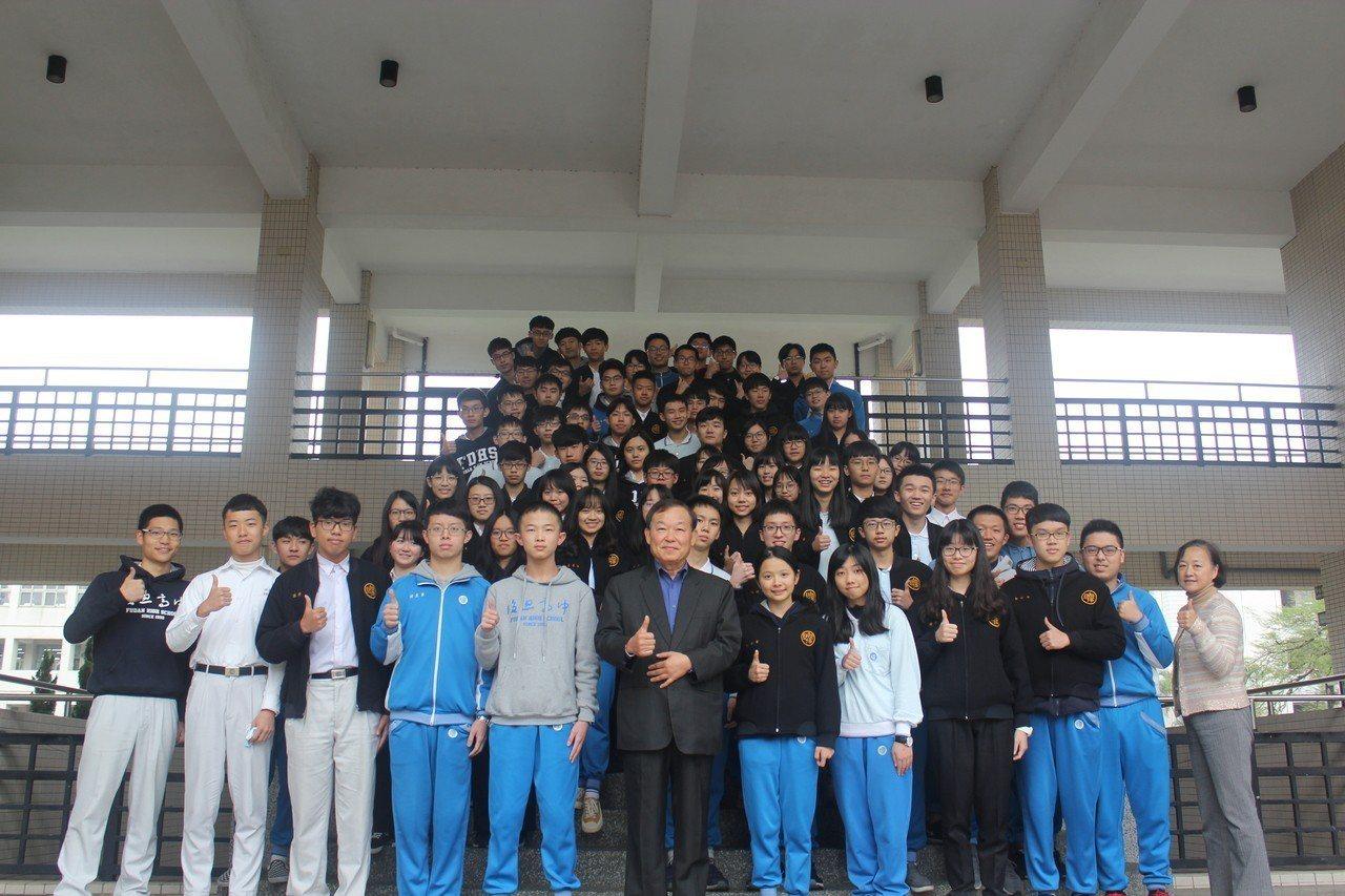 私立復旦高中校長段台民(前排左6)與4科57級分共76位學生合影,肯定他們的表現...