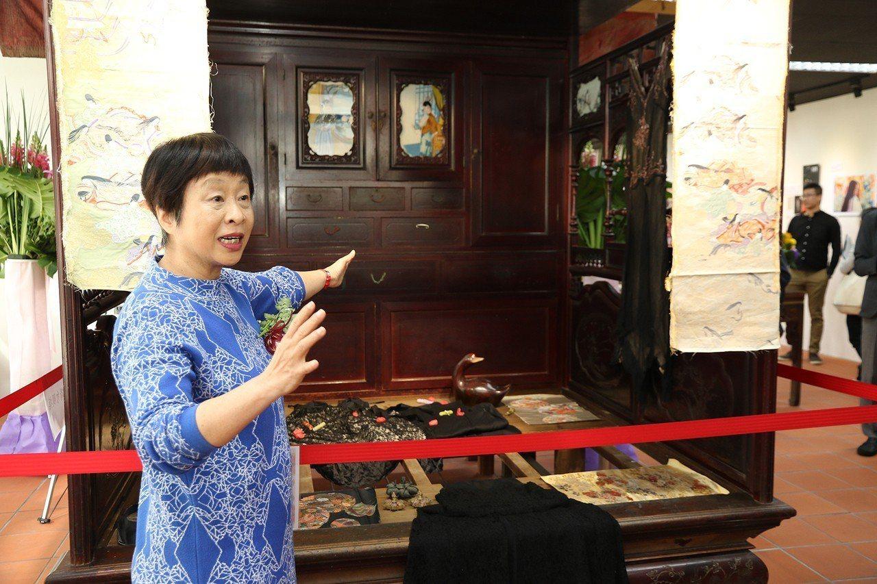 李昂介紹鹿港老家的紅眠床。圖/中興大學提供