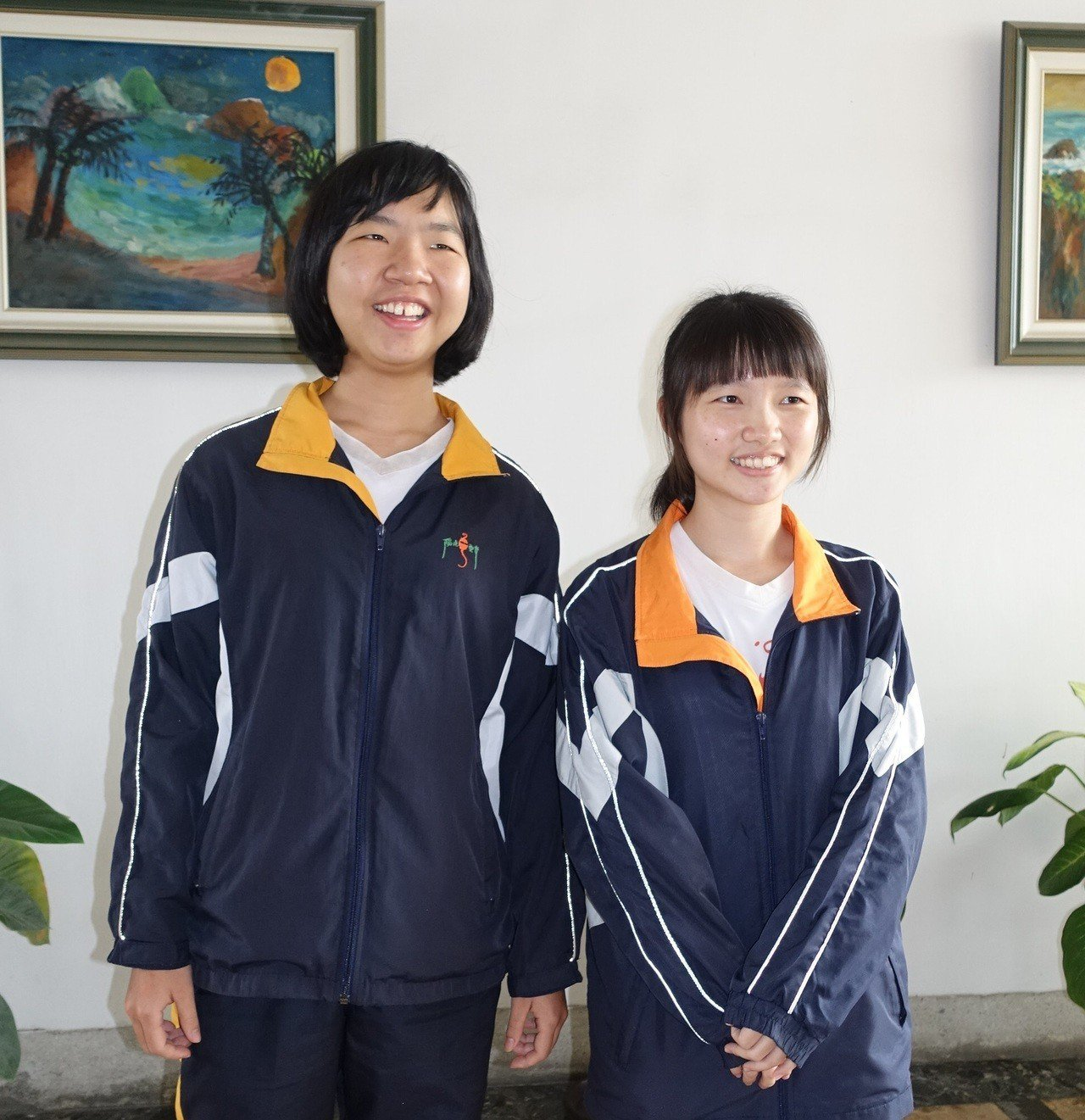 屏東女中兩位同班同學江芷綾(右)與林彥瑩(左)雙雙考出4科滿級分 未來都想當醫...