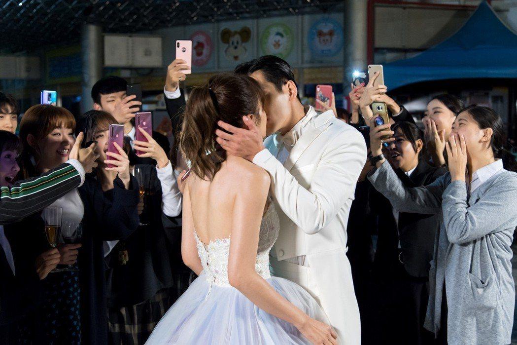 安心亞(左)、禾浩辰上演浪漫吻戲。圖/台視提供