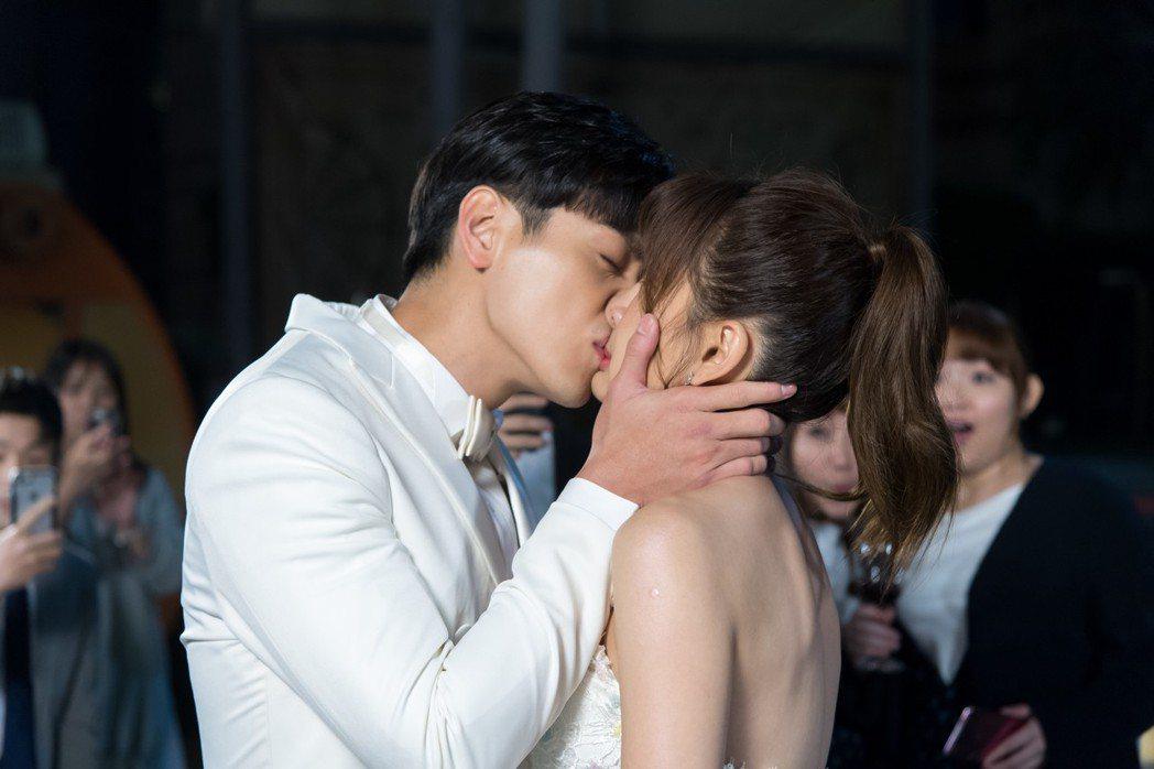 安心亞(右)、禾浩辰上演浪漫吻戲。圖/三立提供