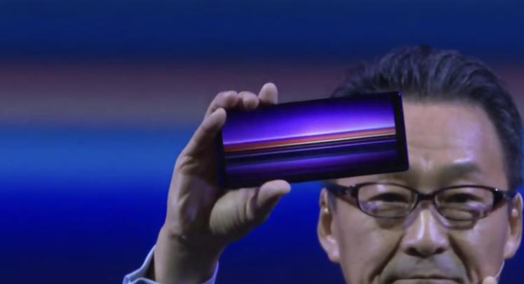 Sony Mobile總裁岸田光哉在發表會上展示Xperia 1。圖/摘自發表會