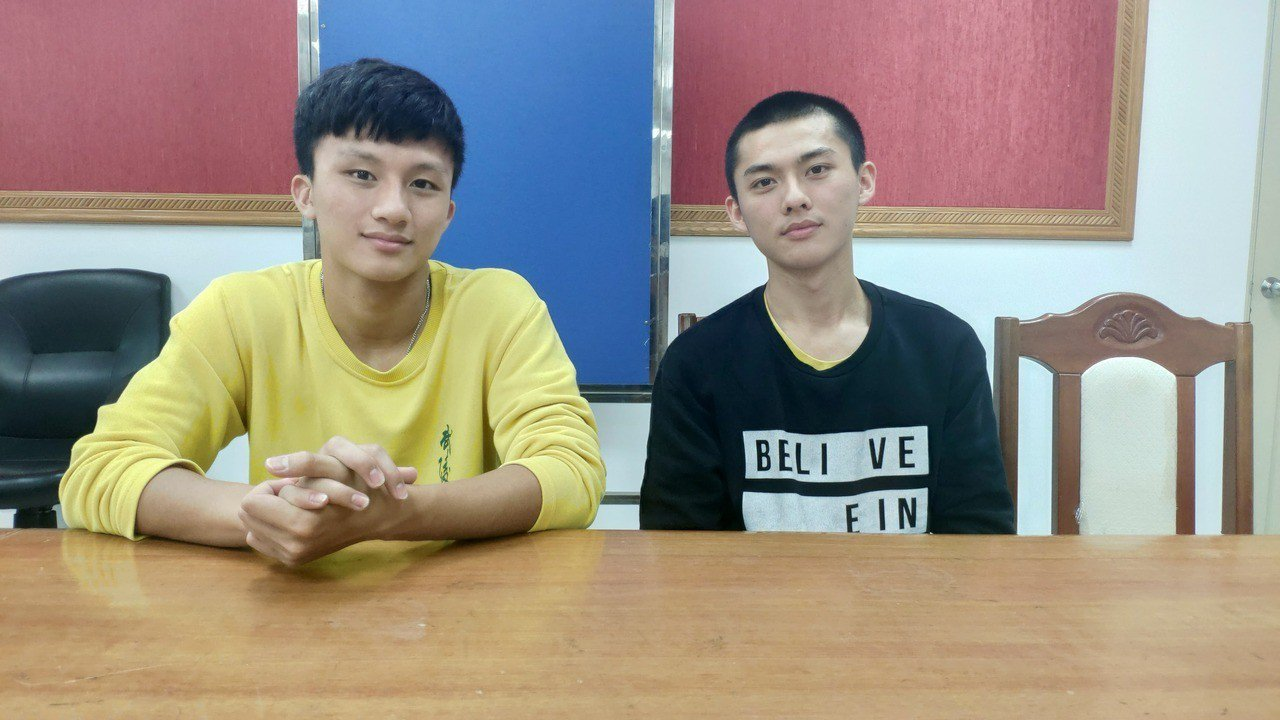武陵高中學生陳皓偉(左)、游柏仁分別是校方排球隊、籃球隊隊長,兩人不僅球技好,在...