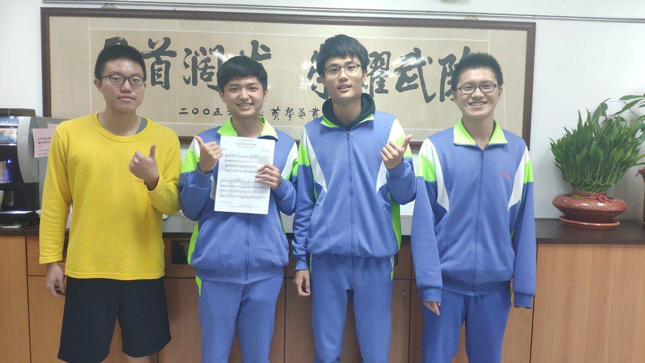左起武陵高中學生賴瀚宇、賴子聿、高柏瑋與王以德都拿下學測滿級分。記者李京昇/攝影