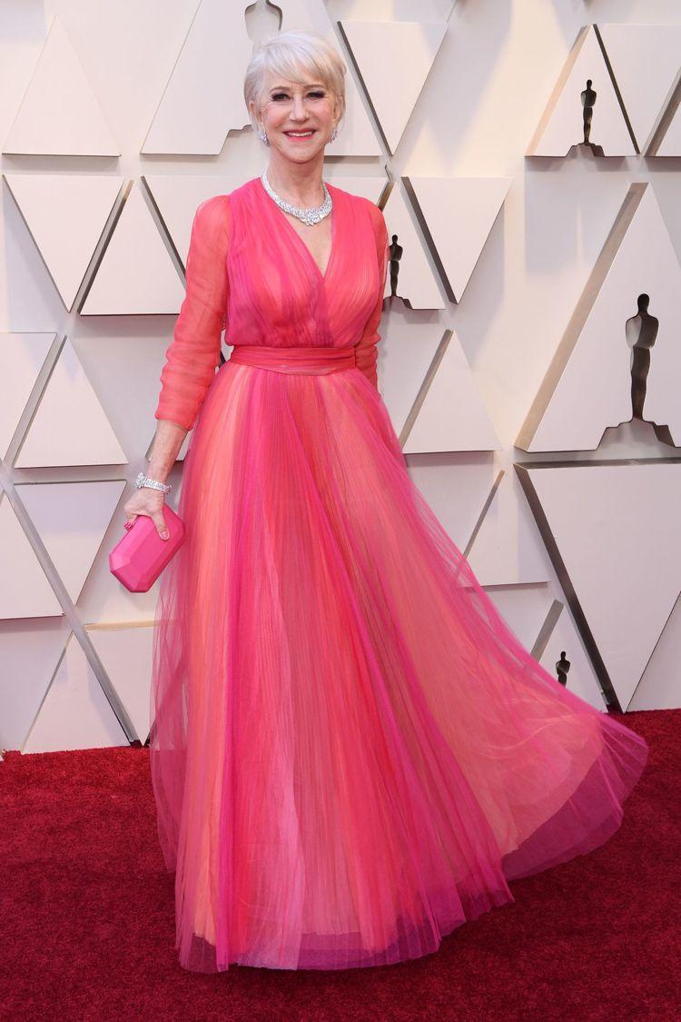 海倫米蘭身穿了Schiaparelli多層雪紡紗構成的禮服,一層層的堆疊色彩效果...