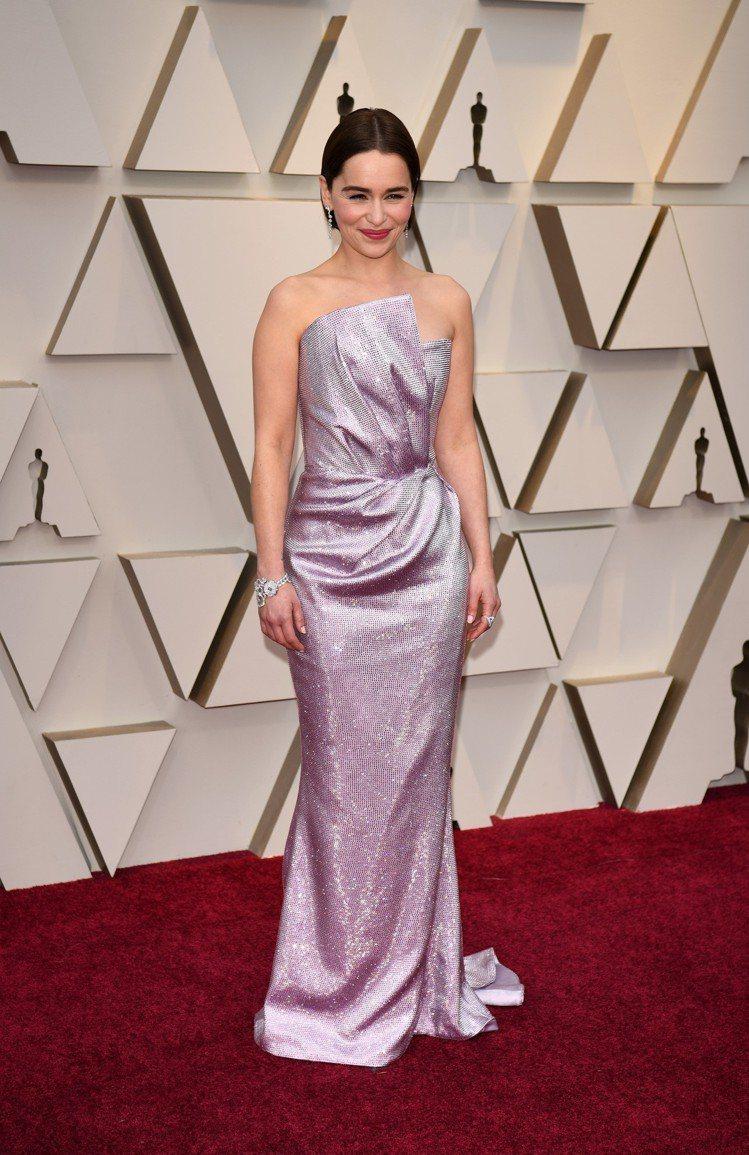 Emilia Clarke身穿Balmain設計師Olivier Roustei...