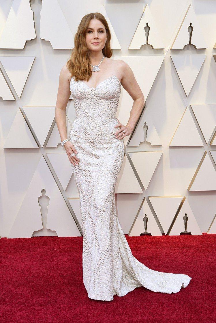 艾美亞當斯的白色Versace訂製禮服,也是本次紅毯少見的配色之一。罩杯式的胸線...