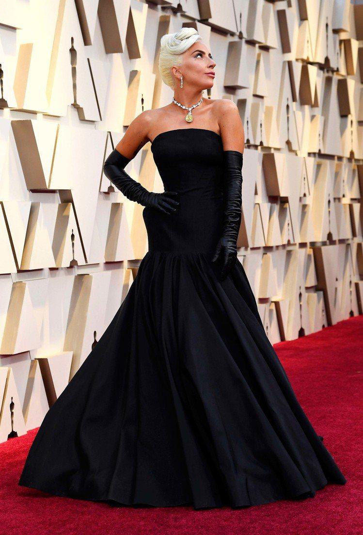 女神卡卡的黑色Alexander McQueen曳地禮服,有著誇張的收腰設計跟皮...