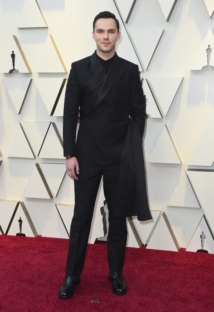 尼可拉斯霍特的黑色西裝有著類似和服的剪裁,相當的吃重身材,在前衛品味中又不失帥氣...