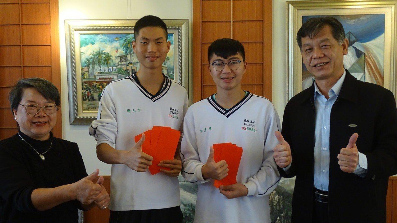 員林高中學生謝予禾(左2)、利彥承(右2)學測成績都59級分,錄取醫學系沒問題,...