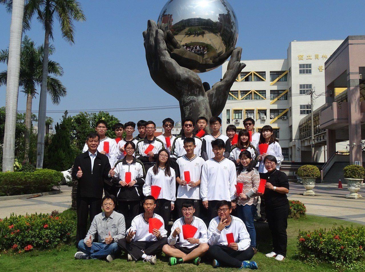 大學學測今天公布成績,校長游源忠(第二排左1)頒發獎學金給考得不錯的學生。記者何...