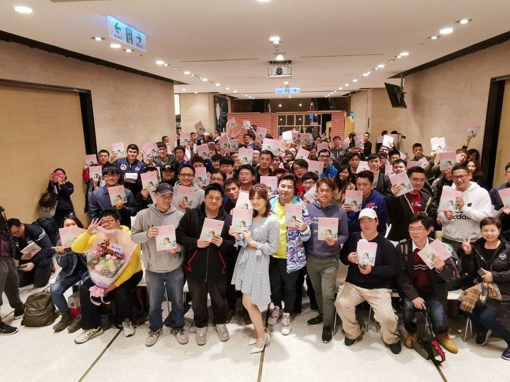 簡懿佳出席寫真集簽書會。圖/台灣角川提供
