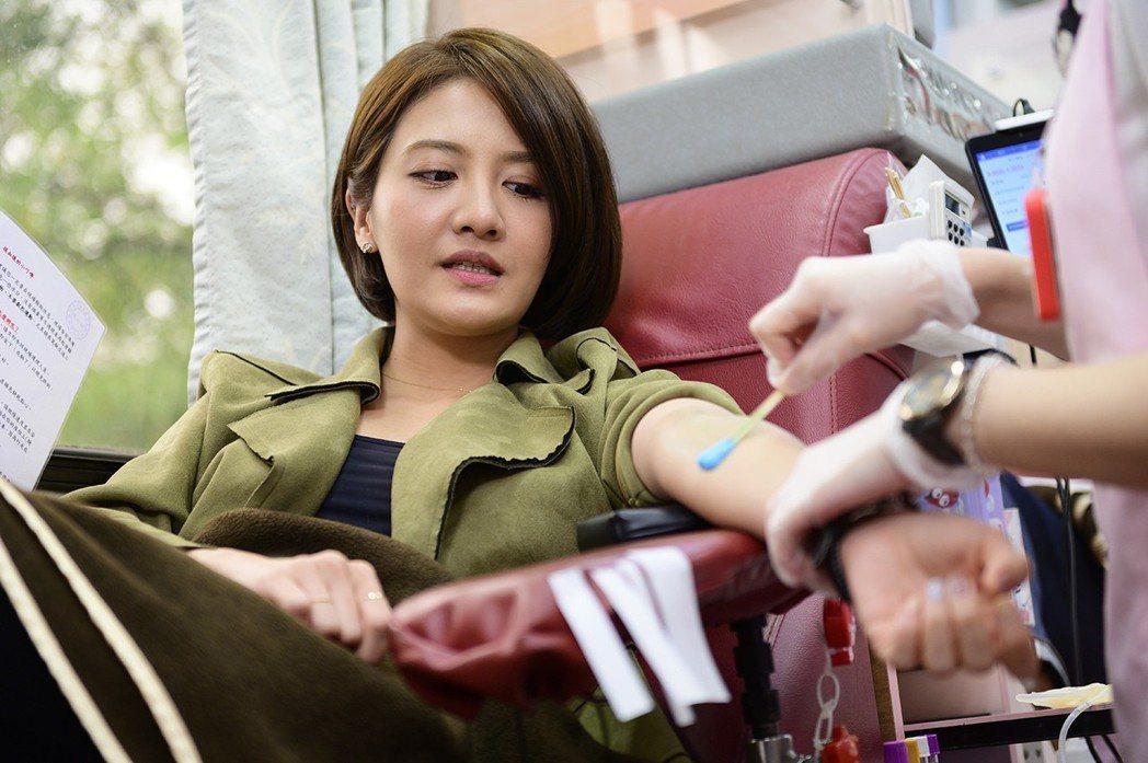 李宣榕第一次體驗捐血。圖/TVBS提供