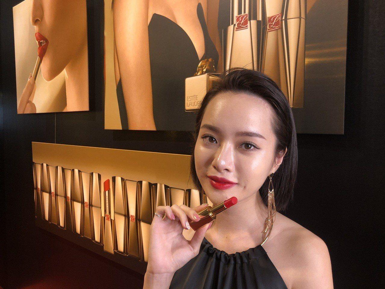 想要成為氣場爆棚的女王,就要擦上雅詩蘭黛的「女王唇膏」。記者劉小川/攝影