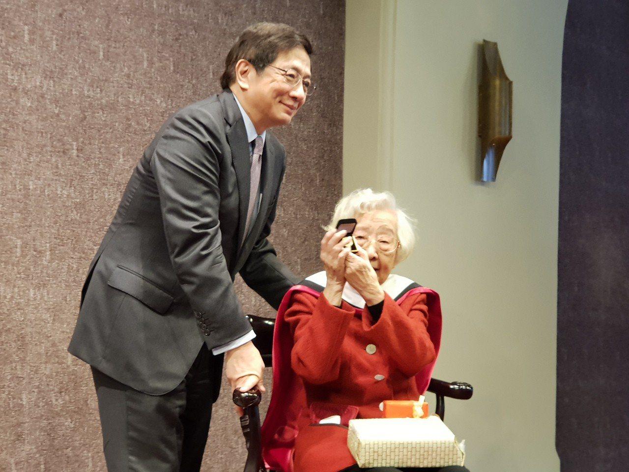 台大校長管中閔致贈名譽博士徽章予台大名譽教授齊邦媛。記者陳宛茜/攝影