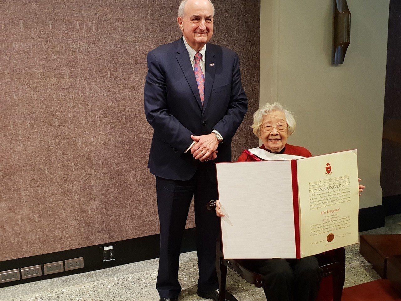 印地安那校長孟世安(Michael McRobbie)頒贈榮譽博士學位證書給台大...