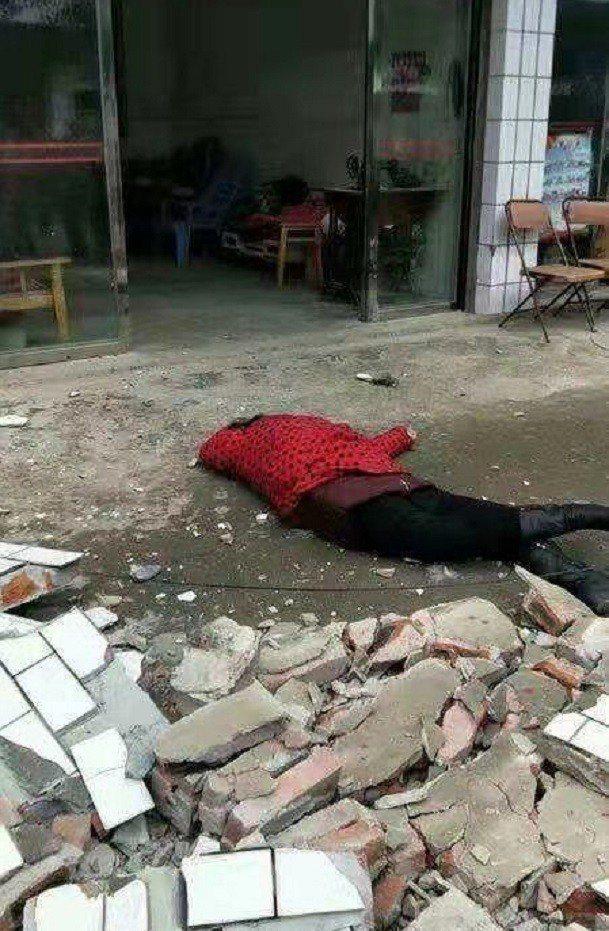 地震中2人遭跌下來的陽台護欄擊中致死。(封面新聞)