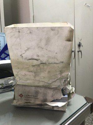 警方發現裝現金的紙袋有焦痕,進而比對火災報案、銀行提領等資料,終於查出失主。 記...