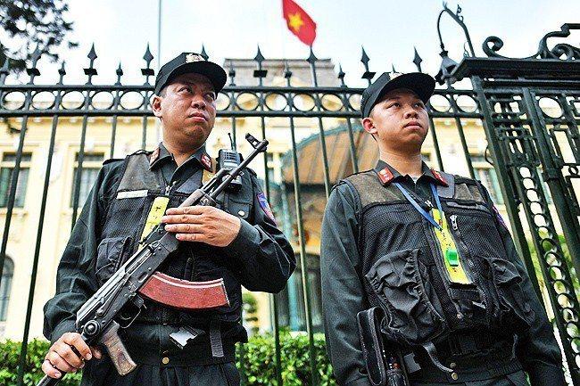 越南政府迎賓館外可見荷槍實彈的武裝人員進行戒備。法新社