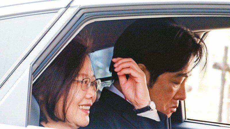 總統蔡英文、前行政院長賴清德同車體驗自駕車,蔡心情大好,展露笑容,賴表情略顯嚴肅,呈現兩樣情。 記者謝進盛/攝影