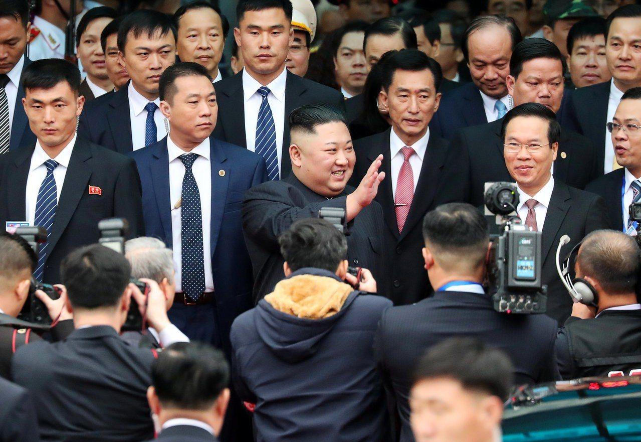 北韓領導人金正恩26日早上抵達越南同登火車站。路透