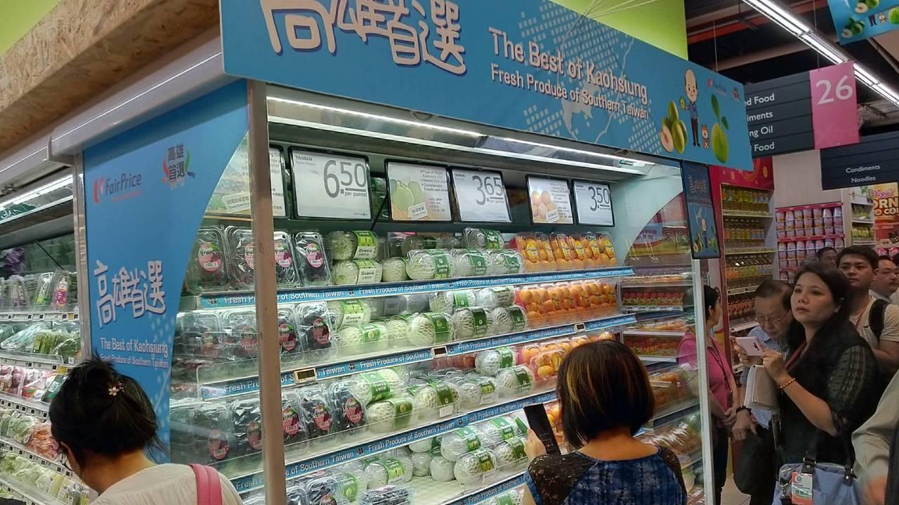 FairPrice是新加坡最大的連鎖超市,高雄蔬果專區陳列當令首選佳品。記者蔡孟...