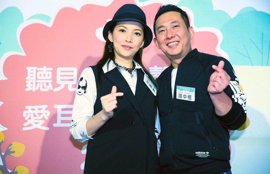 屈中恆(右)與王曉書(左)出席活動,分享幸福手語。記者陳正興/攝影