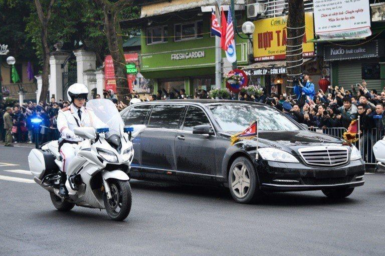 金正恩車隊抵達河內時,受到越南民眾夾道歡迎。 (法新社)