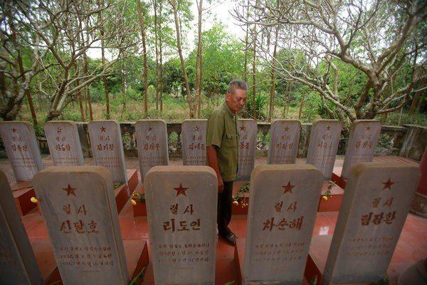 位於越南北江省的北韓飛行員墓塚。 (美聯社)