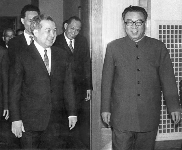 柬埔寨前國王施亞努(左)與北韓已故領導人金日成。 (法新社)