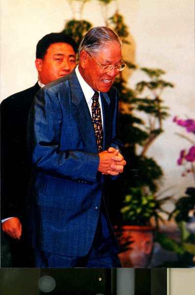 前總統李登輝1999年時面對媒體詢問兩國論會否引發中共對台文攻武嚇時,以嘿、嘿兩...