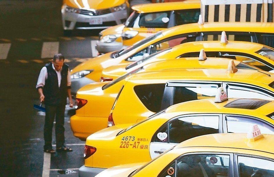 總統蔡英文邀計程車業者代表入府茶敘,宣布將推出「補助計程車汰舊換新」方案。 圖/...