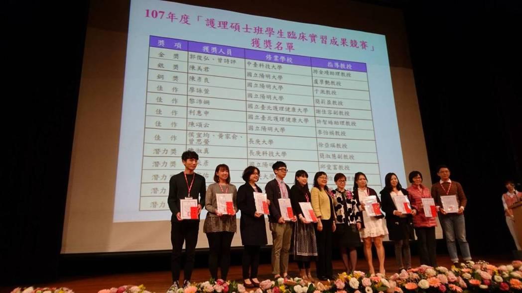 台灣護理學會王秀紅理事長與獲獎學生合影。 中臺科大/提供。