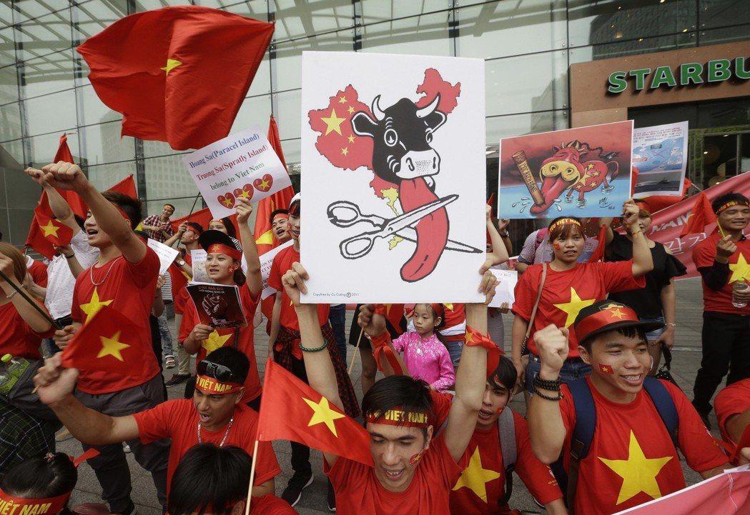 越南革新模式雖脫自於中國的改革開放,不過越共卻不願相提並論,特別是近年來因南海議...