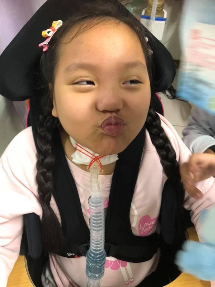 六年前因車禍導致頸部以下癱瘓的女童珣珣,如今需靠氣切管維持呼吸,生活大小事也都仰...