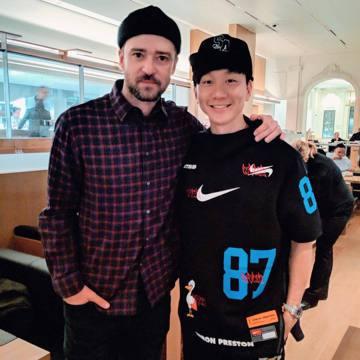 今天林俊傑突然是出一張照片,照片中他與一個外國男子合照,仔細一看發現,竟然是「大賈斯汀」(又稱「賈老闆」)賈斯汀·提姆布萊克(Justin Timberlake),讓網友們相當振奮!照片中,「大賈斯...