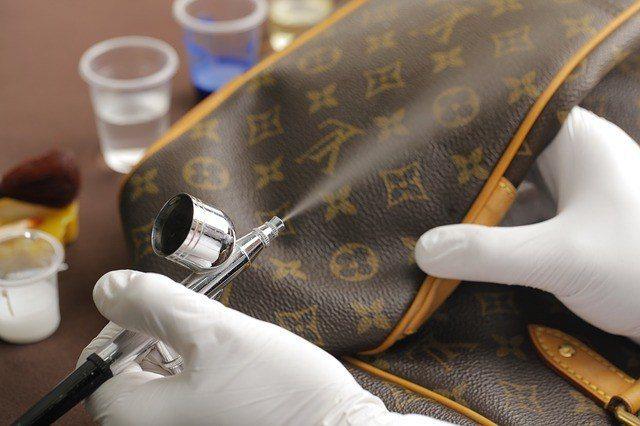 真皮製品若有嚴重刮傷,可交由專業的皮件維修店家處理。圖/ Pixabay@Lin...