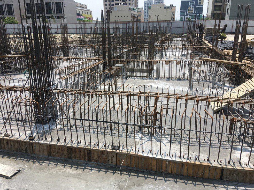 嚴格執行鋼筋綁紮,強化基礎結構工程,抗震效果高人一等。圖片提供/福鑫資產