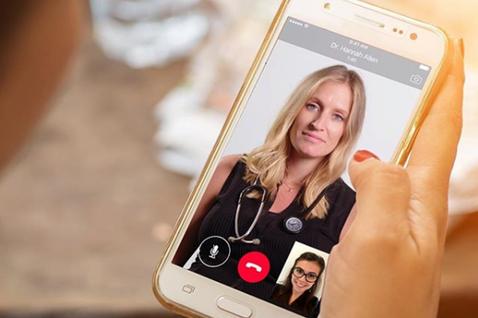 用手機「Skype」看醫生,會是英國未來的看病趨勢嗎?圖為英國「掌中家庭醫師」(...