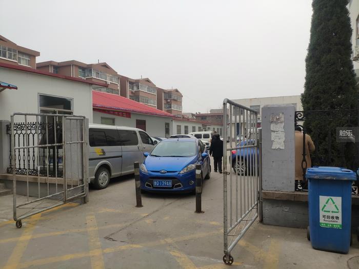 現在這裡的門開著,方便行人通過,車輛需要從另一側的入口出入。