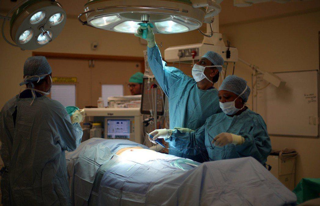 NHS十年計畫中的「數位健康服務」,引發不少爭議。這項美其名為「跟上網路科技時代...