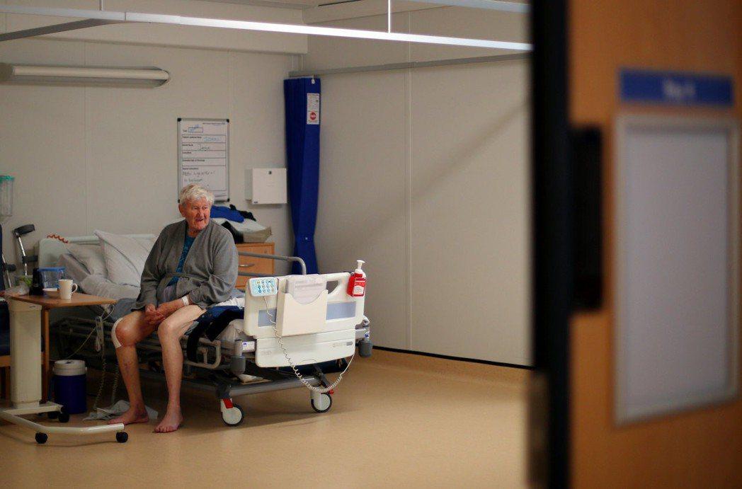 透過手機即時約診、視訊諮詢,也可能使醫生為了「網路病人」,排擠到原本註冊其下的病...