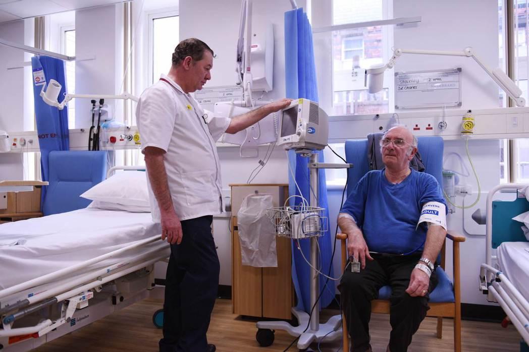 英國NHS的遠距醫療政策,反應了一個躊躇在對高科技信任與否,以及如何落實資源分配...