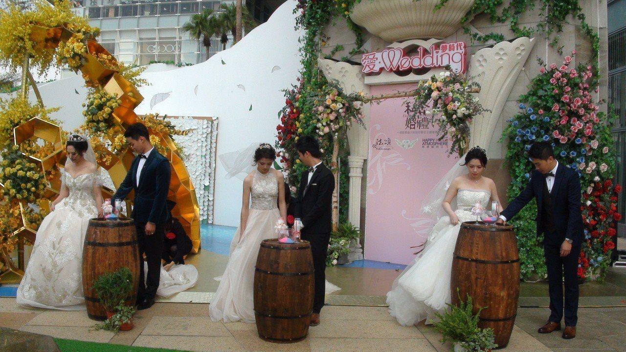 高雄婚紗業者最近也仿傚歐美推出的「私奔婚禮」。邀大家「私奔」到愛情首都高雄,旅行...